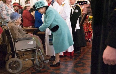 2009 Maundy service - The queen handing out the maundy money